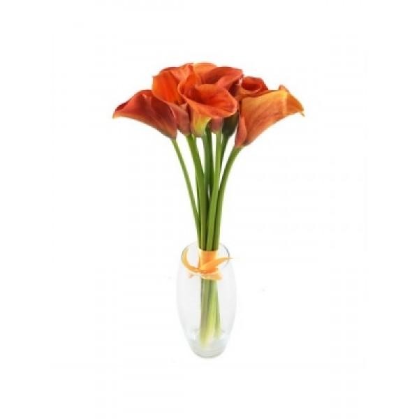 9 оранжевых калл в вазе