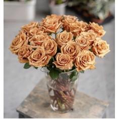 Розы Тоффи в вазе.